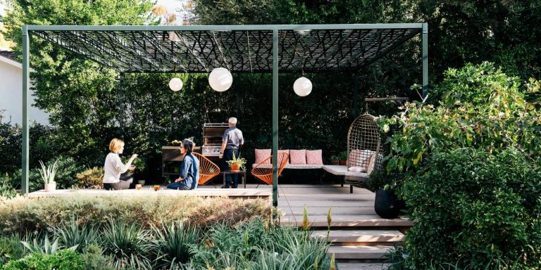 A Laser-Cut Pergola Completes a Tranquil Garden in L.A